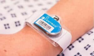 Innovation: Connected wristbands to optimize the management of operating rooms